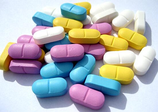 Принимать антибиотики при ангине в таблетках намного удобнее, чем терпеть курс болезненных уколов.