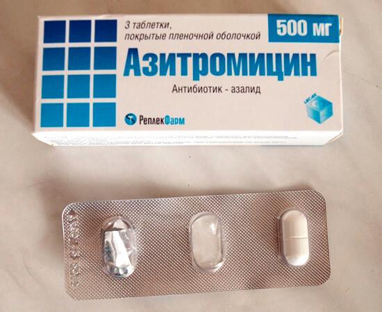 Азитромицин может вызывать расстройства пищеварения, и потому по возможности врачи назначают вместо него пенициллины.