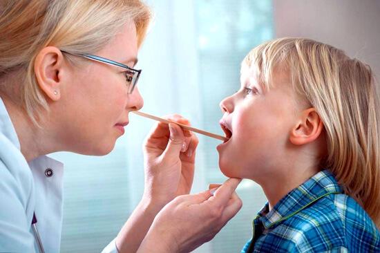 Точно установить природу и возбудителя воспаления горла может только врач.