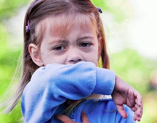 При типичной ангине ни бронхи, ни легкие не затрагиваются инфекцией, и потому надобности в откашливании мокрот у организма не возникает.