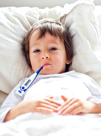 Лечение вирусной ангины у ребенка значительно более простое, чем борьба с бактериальной инфекцией.