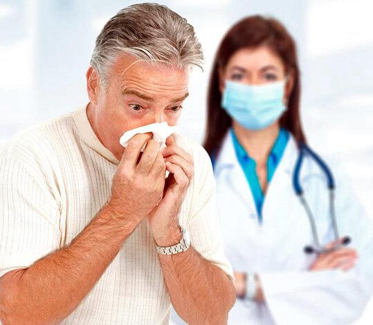 Общаться с больным ангиной может только человек, который за ним ухаживает. Ему желательно надевать ватно-марлевую повязку для защиты дыхательных путей.