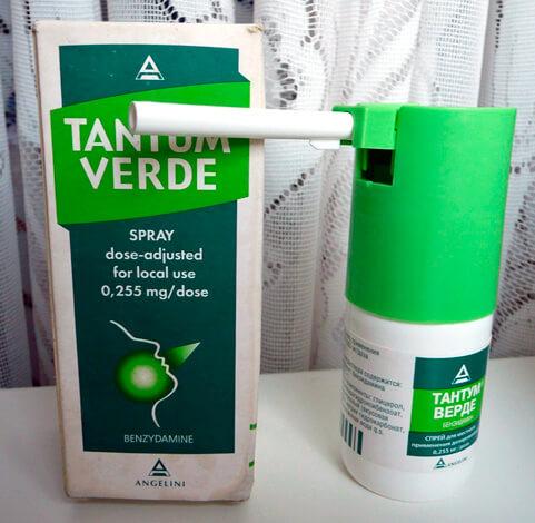 Один из вариантов применения Тантум Верде - спрей для орошения болезненных миндалин.
