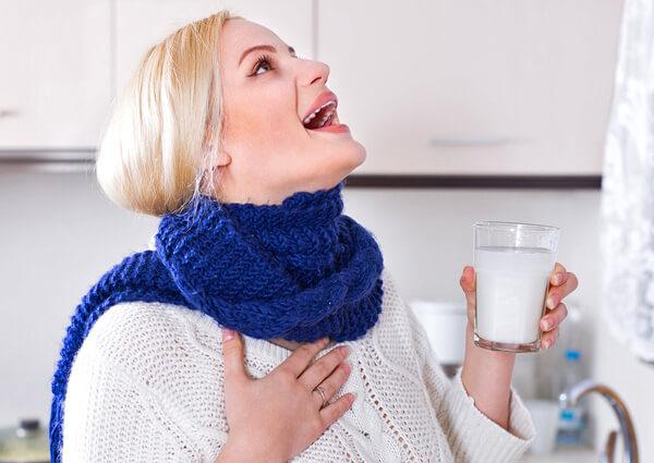 Слишком часто и сильно полоскать горло при ангине нельзя.