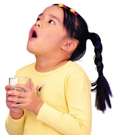 Детям можно давать полоскать горло только теми растворами, которые будут для них безопасны.