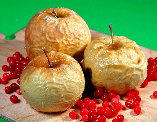 В идеальном случае для больного с гнойной ангиной яблоко нужно почистить.