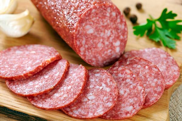 Как минимум неделю острого периода болезни желательно воздержаться от употребления колбасы.