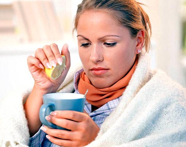 На одной фотографии демонстрация сразу нескольких заблуждений: лимон не помогает от ангины, а компрессы на горло при ней не нужны.