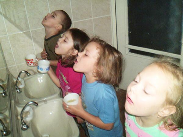 Средства для полоскания горла оказывают лишь местное действие, одинаковое и у взрослых,и у детей.
