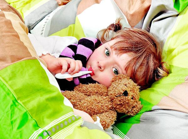 Постельный режим требуется больному ровно в той мере, в какой больной готов его соблюдать. Если ребенок хочет двигаться, не стоит ему запрещать.