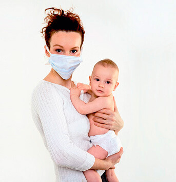 Ватно-марлевая повязка у больной матери - залог того, что ребенок у неё не заразится.