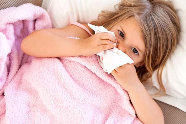 Острый ринит - та самая простуда, которая укладывает большинство больных в постель.
