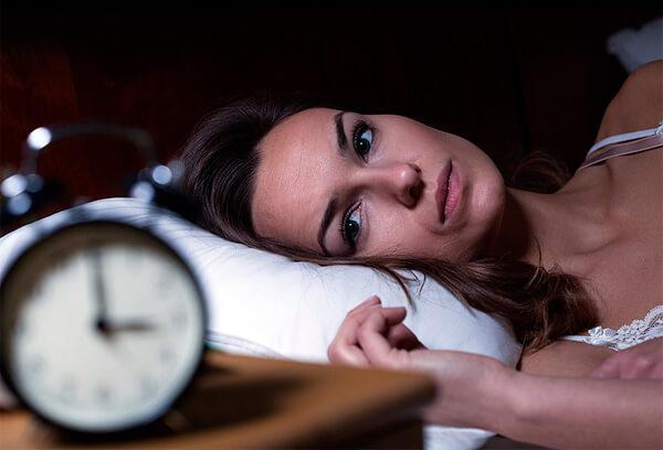 Именно из-за недосыпа при рините беременных рекомендуется принимать на ночь капли от насморка.