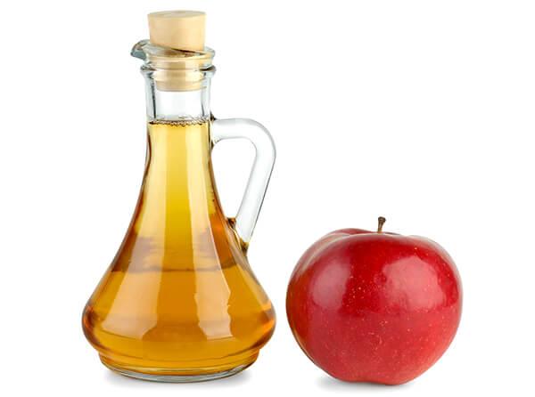 Яблочный уксус - хороший ингредиент для блюд, но совершенно бесполезное средство для лечения горла.