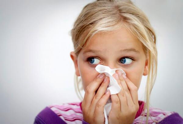 Если у ребенка насморк после переохлаждения, ни о какой ангине речи не идёт, даже если начинает болеть горло.