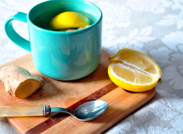 Типичный набор для домашнего лечения ангины - чай, лимон и имбирь