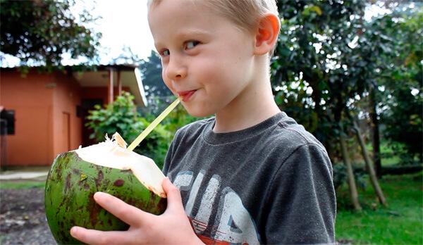 При ангине важен сам факт попадания жидкости в организм, а не полезность или витаминизированность напитка.