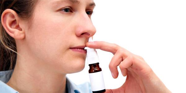 Когда в нос впрыскивается спрей, запрокидывать голову не нужно.