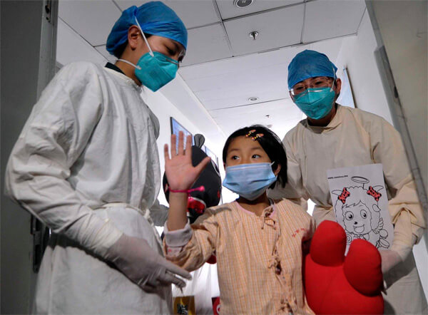 Девочка, излеченная от птичьего гриппа в китайской клинике.