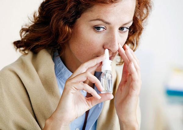 За счёт давления, создаваемого поршнем, спрей лучше распыляется по слизистой оболочке носа, чем капли.