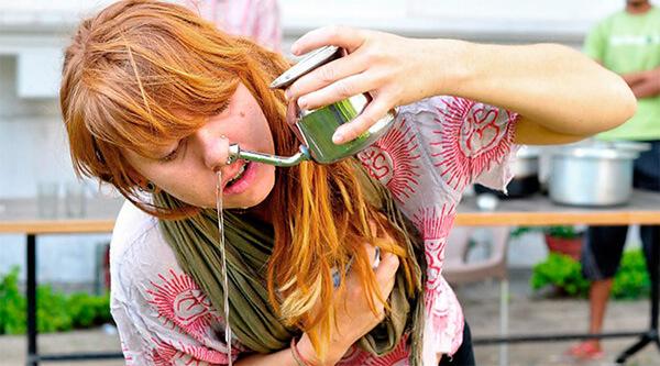 В йоге процедура промывания носа называется джала-нети и проводится каждый день.