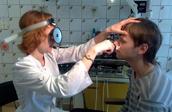 На разных этапах болезни носовые ходы выглядят по-разному, но в общем клиническая картина медикаментозного ринита достаточно красноречива.