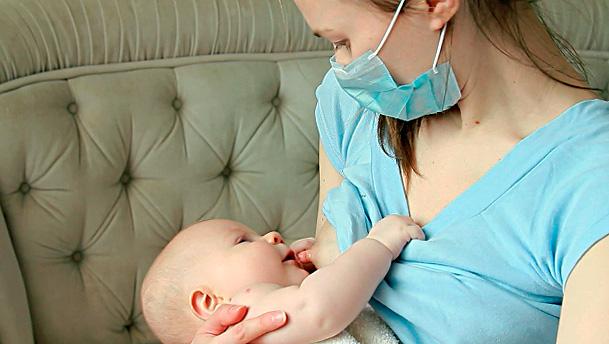 Если при ангине кормить ребенка в повязке, риск заражения его можно существенно снизить.